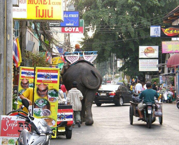 首都バンコク市内の様子。