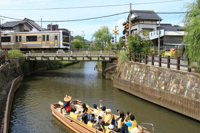 かつては各家に船着場が設けられていた巨大な「水郷」も今は観光に利用されています