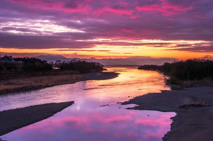 川「カミ」から流れてきた水は、川「シモ」へと流れ着く
