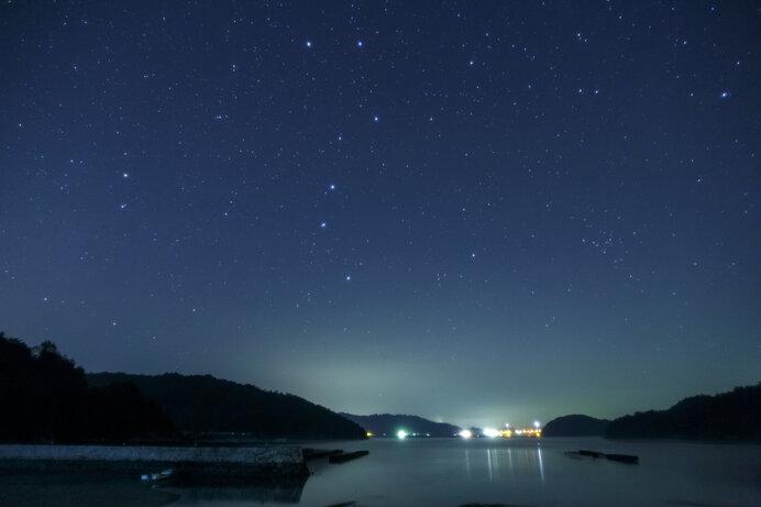 冬至の頃、北斗七星の柄杓の柄にあたる「斗柄(とへい)」は垂直に建ち(建子)ます