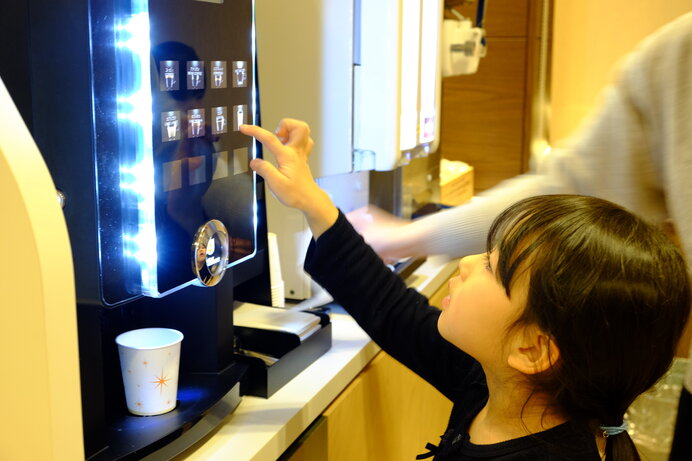 パパもママもアイスコーヒーだね(写真はイメージ)