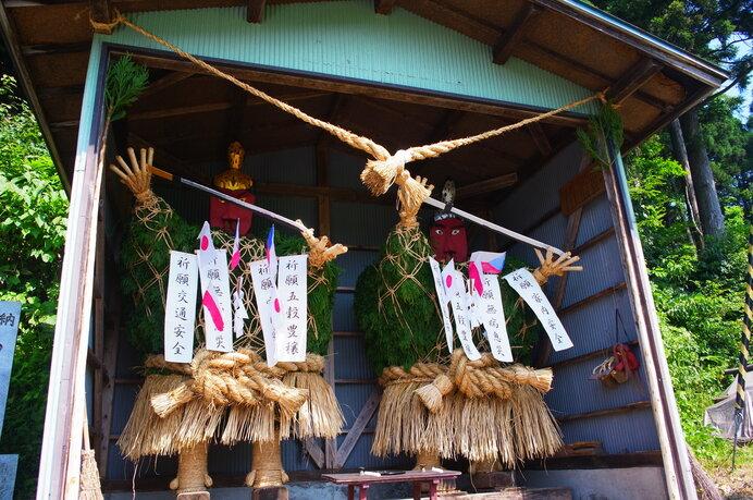 東北を中心に、村境に据えられる人形道祖神。災厄を村に入れないための守護神です