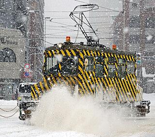 札幌と函館で「ササラ電車」が出動。市電の線路を除雪