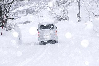 〈雪道での運転のコツー1〉滑る路面はふんわりアクセル、ふんわりブレーキで