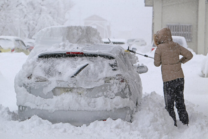 車の周りの雪をどこに持っていこうか…
