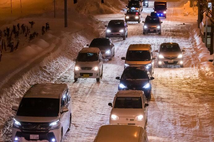 〈雪道運転の心構え〉減速や停止を予測する。時間に余裕をもつ