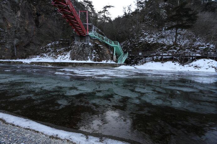 久慈川を流れる氷花(しが)
