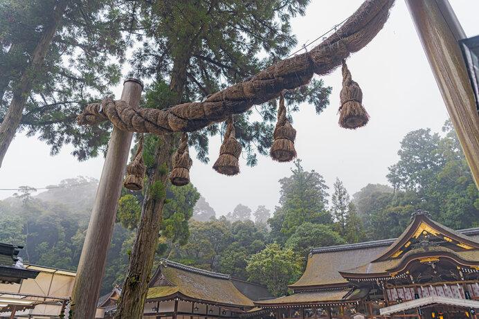 蛇神を祀るといわれる大神神社社殿と鳥居の注連縄。縄を撚った注連縄には深遠な秘密が