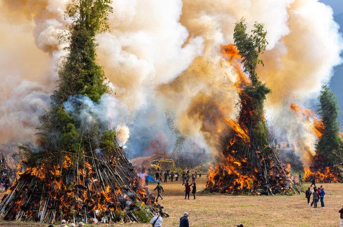 徳島県美馬の日本一の規模のどんど焼き。すさまじい迫力です