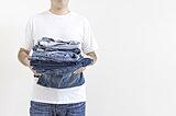 ジーンズの洗濯頻度はどのくらい?気になる目安やポイントを解説