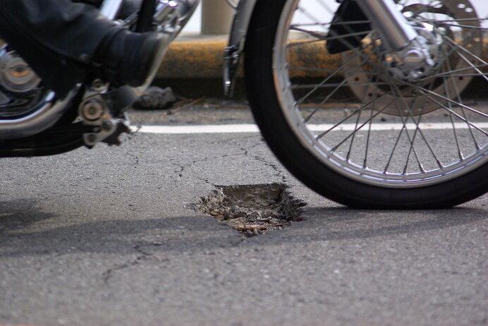 穴にタイヤをとられる!! 春の道路は走行注意
