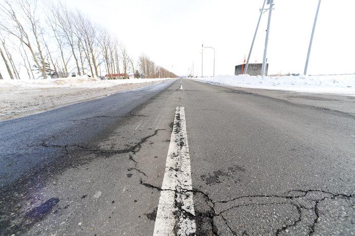 雪がとけると、道路のヒビわれが目立つ