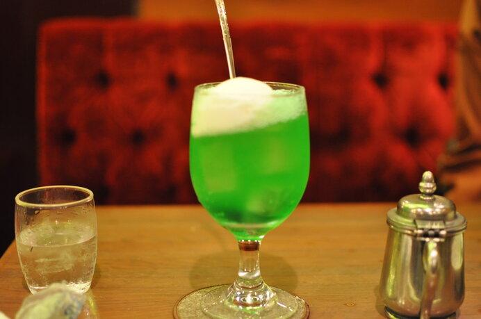 メロンソーダはいくつになってもワクワクする魔法の飲み物。