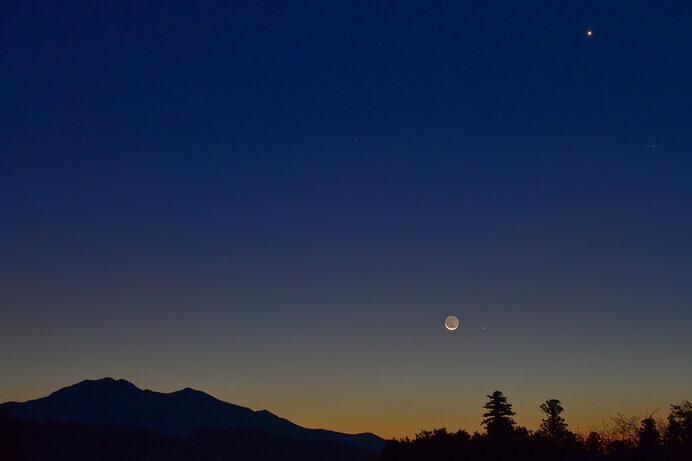 三日月のすぐ右にある小さな輝きが水星です