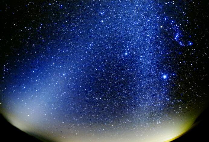 「天球」に「固定」された星々を背景に単独で「惑う星」だから「惑星」です