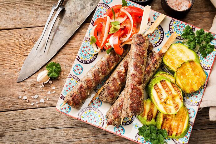 ワンハンドでパクッと食べやすい串付きの肉料理。
