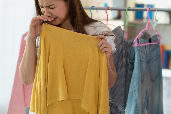 生乾きの洗濯物から嫌な臭いがする原因