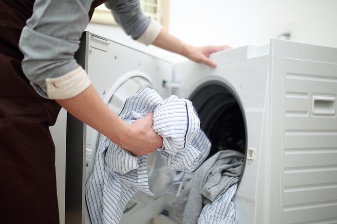 脱いだ衣類は洗濯機に投げ込まずに洗濯カゴに入れておこう