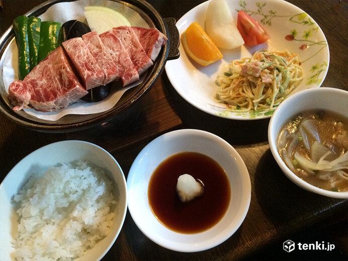 赤岳鉱泉の夕食の一例。この日はステーキでした。