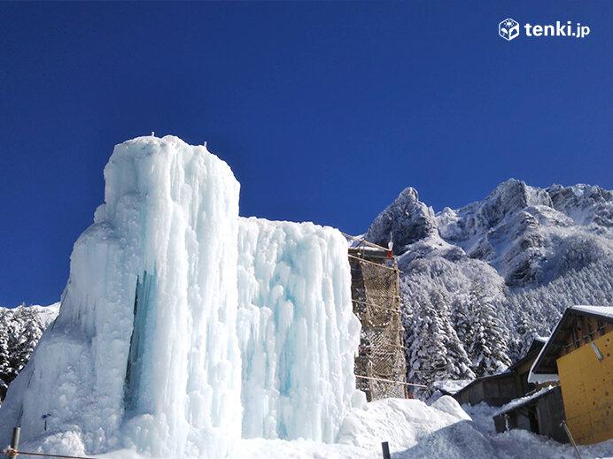 赤岳鉱泉のアイスキャンディーフェスティバルでは、アイスクライミングや出店での食事を楽しめます。