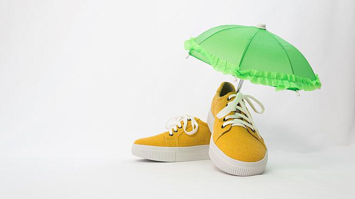 おしゃれは足元から!シューズカバーを活用して大切な靴を雨や泥跳ねから守ろう。