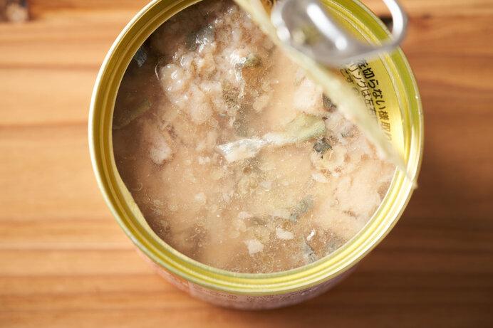 鯖缶にとろ~り熱々のチーズをのせて。