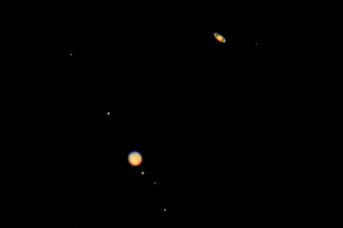 最接近する土星(上)と木星。この時期から並んだ両星が輝きを増していきます