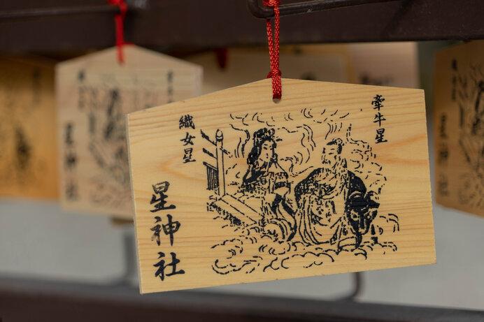 中国では織女が、日本では彦星が川を渡ります