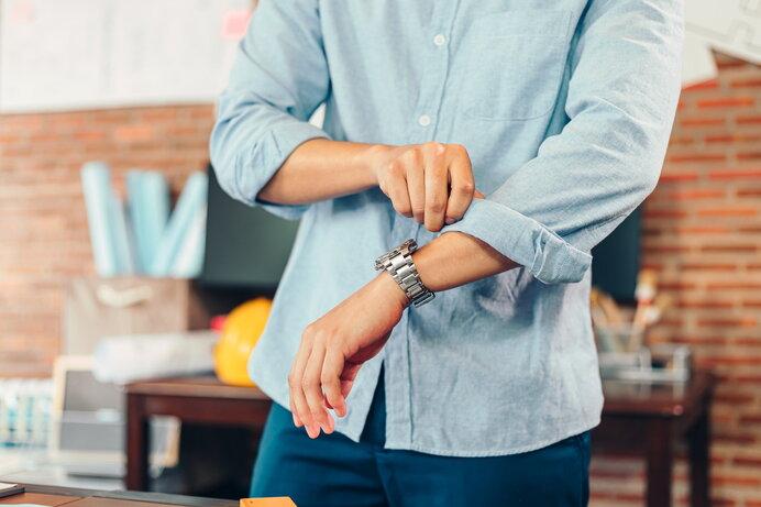 シャツの袖まくりにはコツがある!正しいやり方と注意点を解説