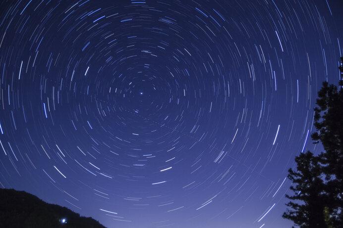 天の北極を中心に円を描く北天の星々