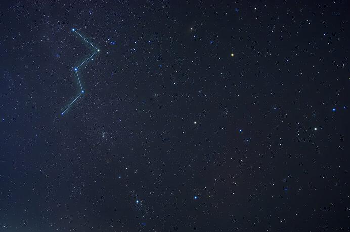 夏の星空では、カシオペア座を目印にすると星が見つけやすいでしょう