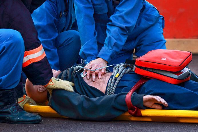 レスキューマネキンを使ったAEDによる救急救命訓練