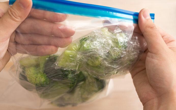 チャック付きの保存袋は使用後にゴミなどを持ち帰るときにも重宝します