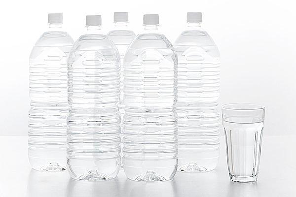 1.5Lの水は200ccのコップで約7〜8杯、300mLのペットボトルで5本分!
