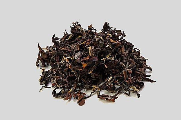さまざまな色彩が混じり合った東方美人の茶葉