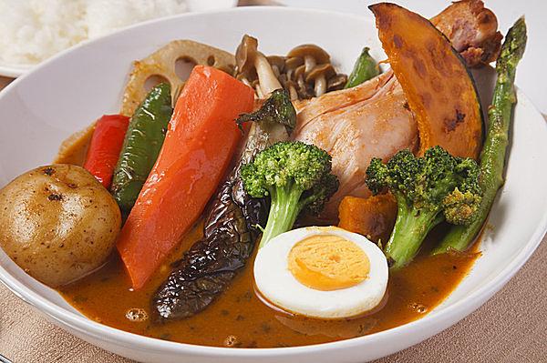 もはや定番のスープカレー。札幌発祥。薬膳をヒントにしたカレー味のスープ