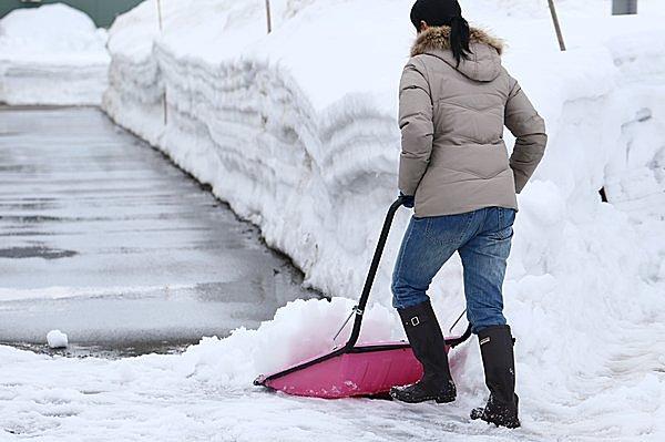 雪国の冬になくてはならないもの…「ママさんダンプ」「スノトレ」、一家に1本「ツルハシ」!?