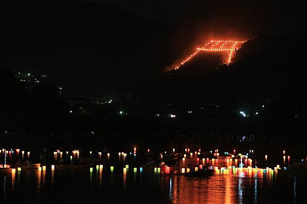 鳥居型の点火と同時に行われる広沢の池の灯篭流しも幻想的