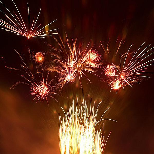 シンプルな色使いの欧米の打ち上げ花火