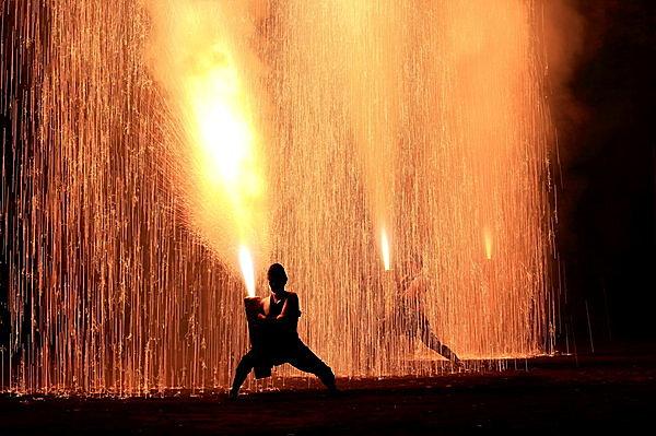 伝統の手筒花火を揚げる花火衆