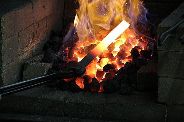 11月8日≪鞴(ふいご)祭り≫は、鍛冶屋、刀工、鋳物師など鉄と炎の匠たちのおまつり