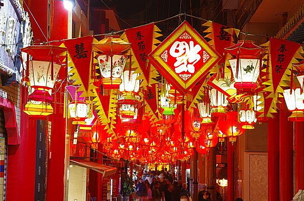 街中を鮮やかに彩る提灯や灯籠