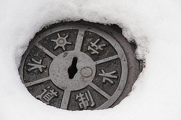 断熱されないと道路に丸い穴が…。