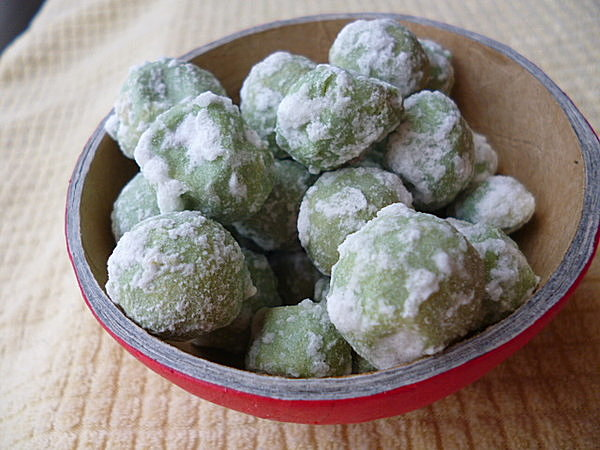 北海道のドライな「うぐいす豆」。中身はピーナッツ。カリカリ、ポリポリ、とまらない…。