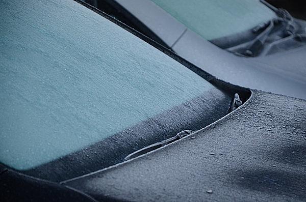 凍った車のフロントガラスを解氷するテクニックとは? お湯が厳禁なことは、もちろんご存じですよね